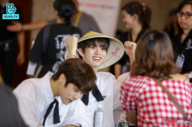 Khoảnh khắc vô cùng đáng yêu khi chàng trai của The Boyz đã đội lên đầu chiếc nón lá truyền thống Việt Nam.