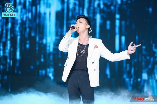 Trước đó Soobin mở đầu phần trình diễn của mình bằng bản hit Xin đừng lặng im đầy nồng nàn, da diết.
