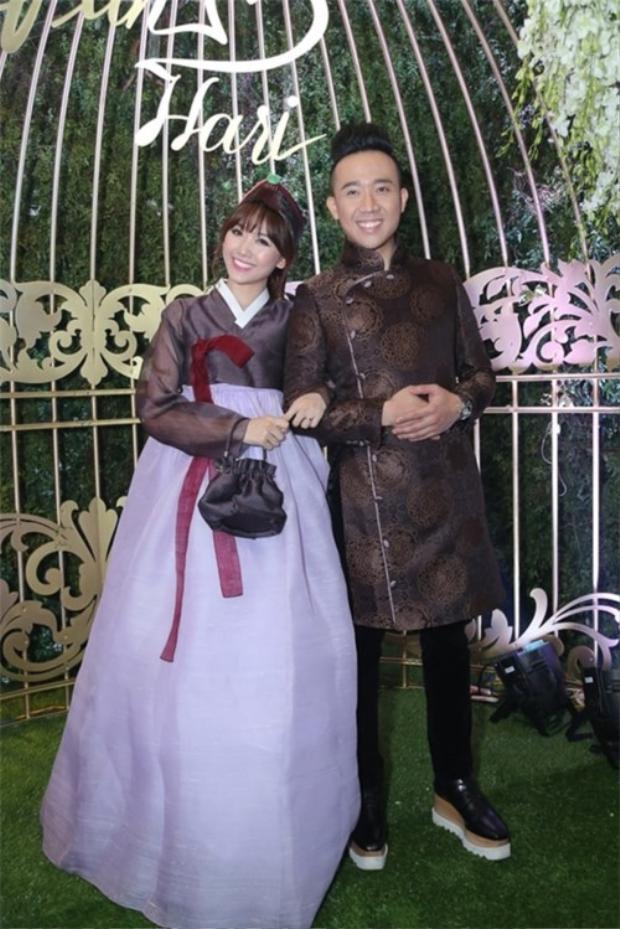 """Đỉnh điểm là trong đám cưới của mình, với chiều cao của Trấn Thành là 1,7m chiều cao của Hari Won là 1,68m, để có thể đứng đẹp đôi cùng cô dâu, Trấn Thành bắt buộc phải cậy nhờ đôi giày với phần đế """"khủng"""" này."""