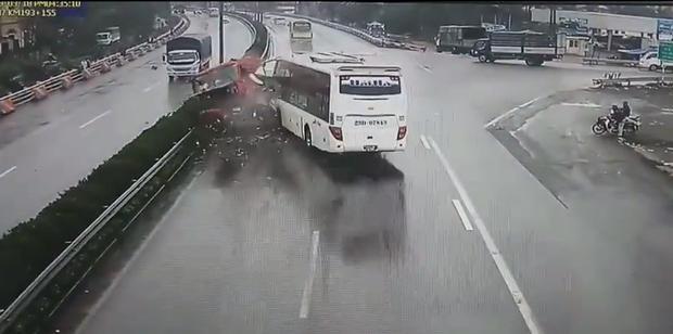 Cận cảnh hình ảnh xe khách va chạm với xe cứu hoả được camera ghi lại được thời điểm xảy ra tai nạn.