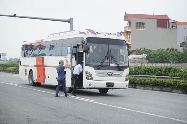 Chiếc xe khách giả định được dựng hiện trường có cả chủ nhà xe, tài xế xe khách là Đỗ Hùng Mạnh cùng cơ quan công an, Viện kiểm sát… ngồi trên xe để chứng kiến.