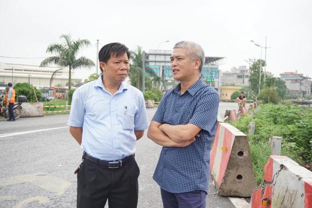 Chủ xe khách (bìa phải) cùng luật sư Lê Văn Thiệp có mặt tại hiện trường.