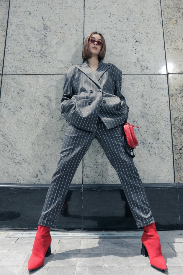 Cách mix giày và túi cùng tông màu cũng cho thấy sự tinh tế của người đẹp.