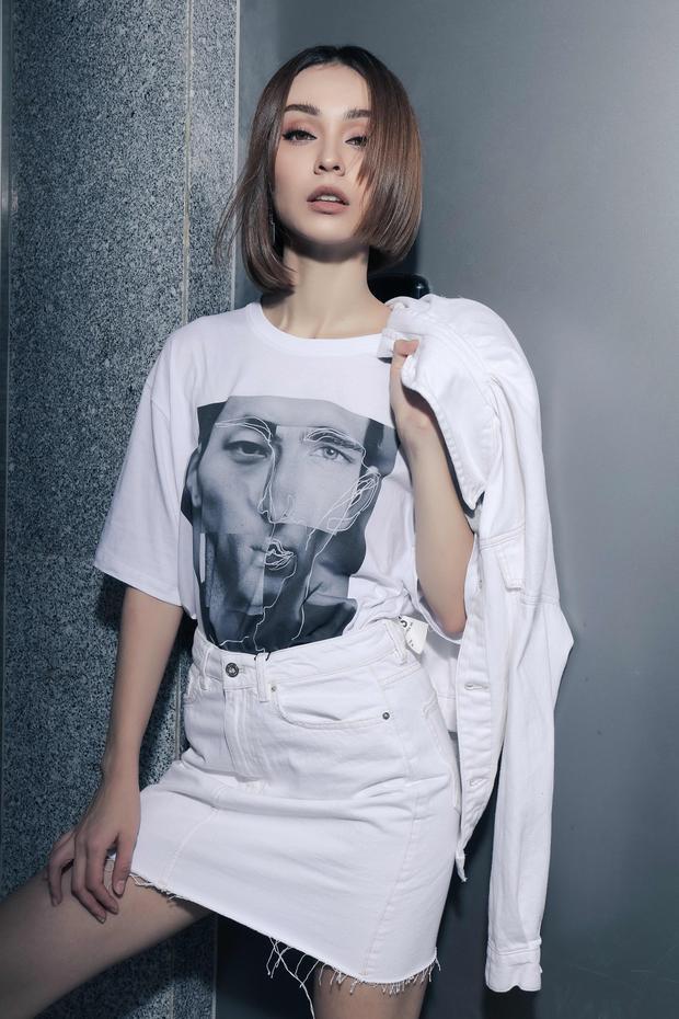 Là một mỹ nhân theo đuổi style cá tính, những chiếc áo phông cô lựa chọn cũng phải dùng các hình in chất chơi.