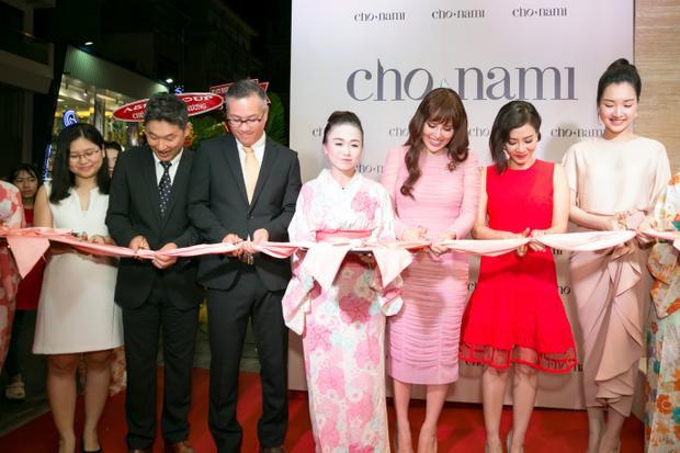 Đại diện thương hiệu Cho Nami Nhật Bản, đại diện công ty Kazuko, cùng 3 đại sứ cắt băng khánh thành. Mỹ phẩm Cho Nami chính thức có mặt tại Việt Nam