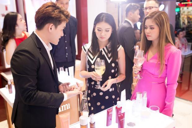 Nhiều khách hàng mua sản phẩm ngay sau khi nghe tư vấn và dùng thử sản phẩm Cho Nami trong ngày khai trương. Mỹ phẩm Cho Nami chính thức có mặt tại Việt Nam
