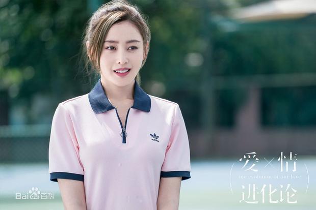 Tạo hình nữ sinh cấp 3 của Trương Thiên Ái gây nhiều tranh cãi nhưng vẫn rất xinh đẹp.