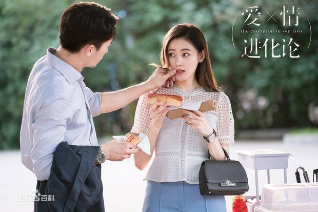 Vẻ ngoài thanh lịch, thành đạt và lãng mạn của Hứa Ngụy Châu trong hình tượng Đinh Vũ Dương chắc chắn sẽ chinh phục được trái tim của rất nhiều thiếu nữ.