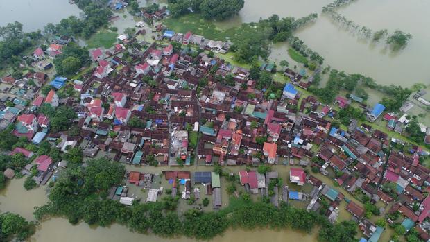 Hơn 1 tuần nay, rất nhiều người dân trong xã Nam Phương Tiến cùng một số xã lân cận của huyện Chương Mỹ, Hà Nội vẫn phải sống trong cảnh không nước sạch, không điện… nước ngập sâu nhiều hộ dân trong thôn.