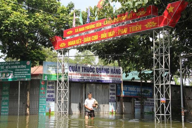Theo ghi nhận, đến trưa ngày 1/8, các tuyến đường chính dẫn vào xã Nam Phương Tiến vẫn bị biển nước cô lập.