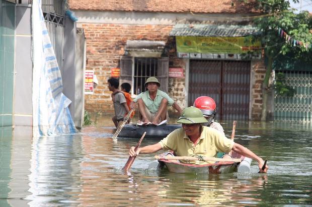 Người dân trong và ngoài xã Nam Phương Tiến nếu muốn di chuyển ra vào xã phải sử dụng những chiếc thuyền nhỏ để di chuyển, còn nếu đi bộ thì nước vẫn ngập sâu đến lưng.