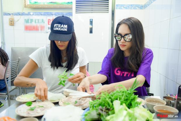 Món ăn mà Hương Giang chiêu đãi Lukkade lần này là bún bò và bánh cuốn.