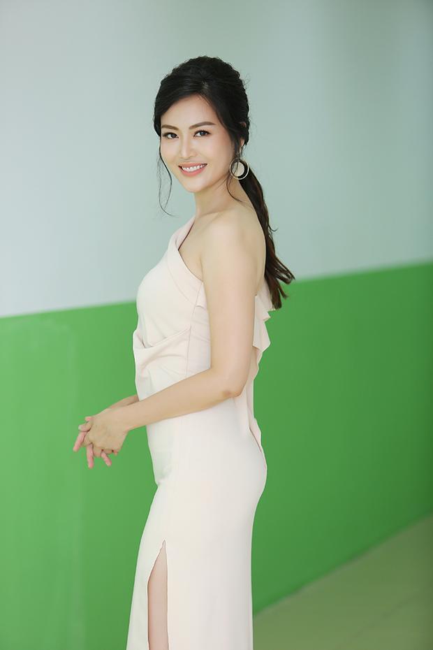 Giải vàng Siêu mẫu Việt Nam Khả Trang khiến khán giả Hà Nội được phen rửa mắt với bộ váy bạo liệt