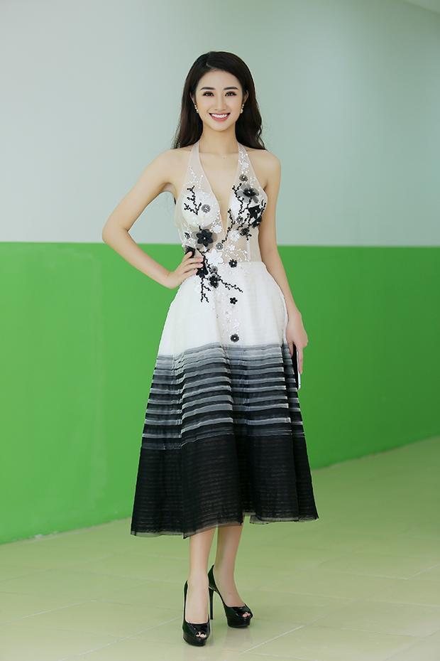 Hoa hậu Thu Ngân mắc lỗi lộ miếng lót ngực