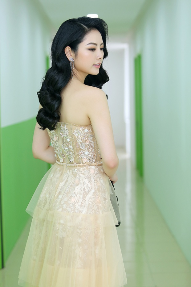 Hoa hậu Ngọc Anh xanh đẹp điệu đà