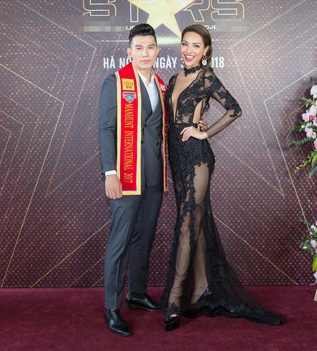 Hai giải vàng siêu mẫu Việt Nam chụp hình tại sự kiện