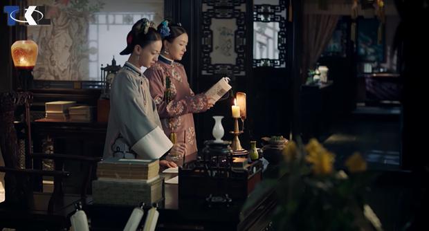Hoàng hậu dạy Anh Lạc học chữ và viết thư pháp để cô lĩnh hội được kiến thức trong sách vở.