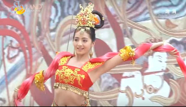 Hương Phi của Mạch Địch Na tuy có điệu múa đẹp và mới lạ nhưng bị chỉ trích vì ăn mặc quá hở hang