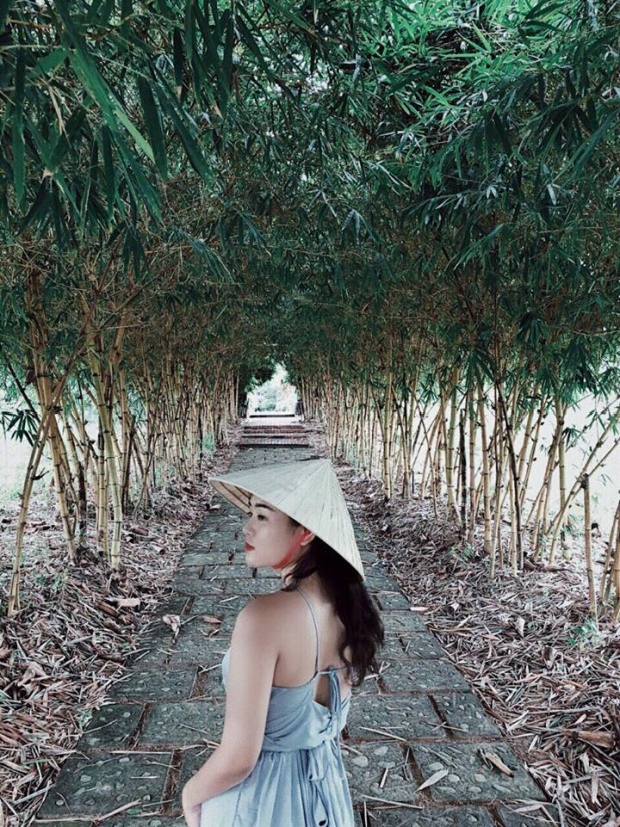Sau lưng một cô gái là xứ Huế mộng mơ, xinh đẹp mà bất kỳ ai cũng nên đến một lần trong đời