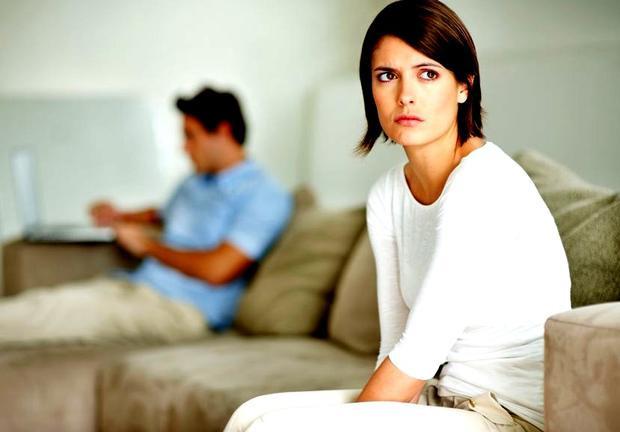 Sau khi phát hiện ra sở thích ngửi mùi BVS của bạn trai, cô gái đã thẳng thắn chia tay khiến chàng trai đau đầu, khổ sở. Ảnh minh họa