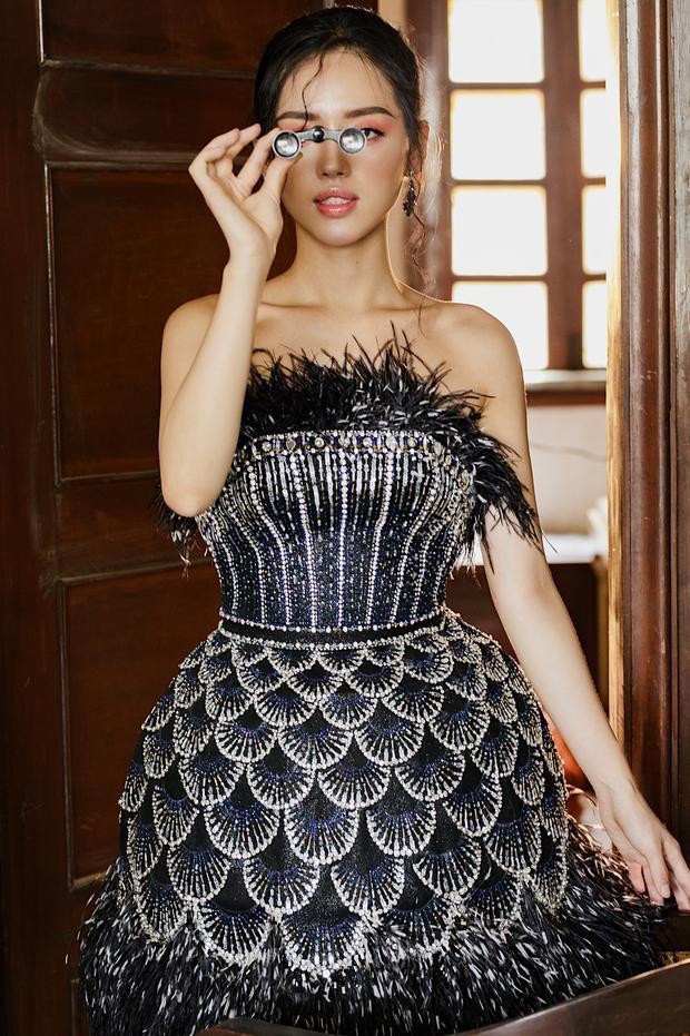 Những phom dáng phồng, dáng chuông được tính toán một cách khéo léo, không khiến trang phục mất đi vẻ ứng dụng.