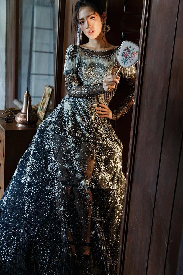 Điểm nhấn của những thiết kế này nằm ở họa tiết ánh kim. Những chiếc váy được đính kết khéo léo theo kỹ thuật 3D tạo nên sự bắt mắt, nổi bật cho người mặc.