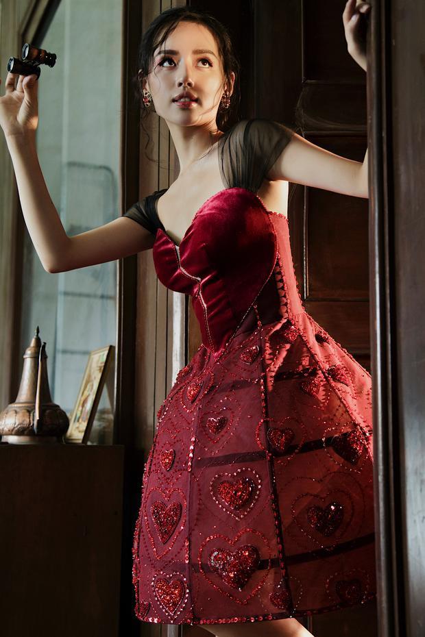 """""""Nữ hoàng lookbook"""" hóa công chúa kiêu kỳ cùng một mẫu váy xòe."""