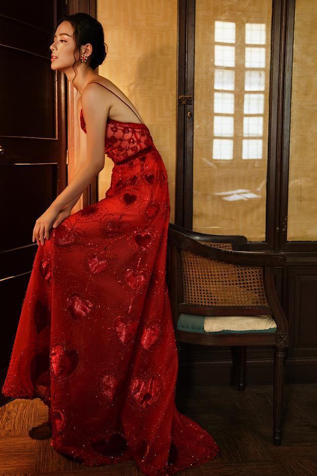 Thiết kế mang sắc đỏ giúp chân dài khoe lợi thế hình thể cũng như thể hiện sự mãnh liệt, cuồng nhiệt trong tình yêu thông qua họa tiết trái tim.