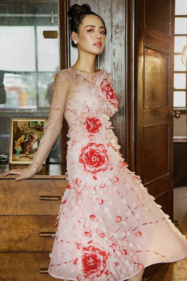 Những thiết kế Khánh Linh khoác lên khá đa dạng về màu sắc: đen, đỏ, hồng pastel… và kiểu dáng: váy xòe, váy bó sát, cúp ngực… Chính điều này giúp chân dài trở nên mới lạ và ấn tượng hơn.