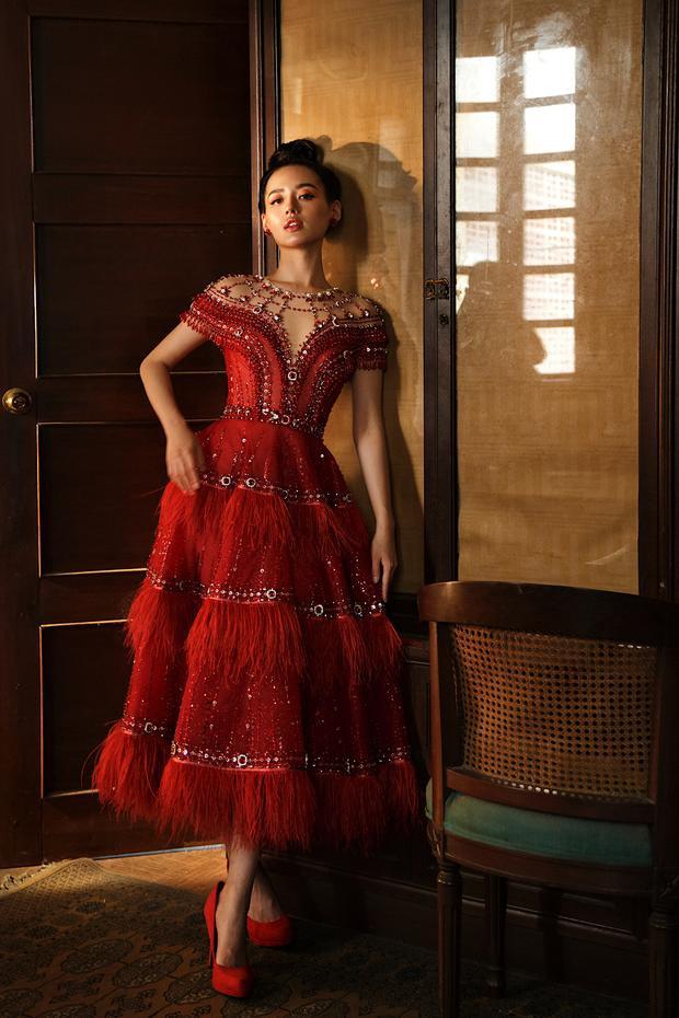 Một mẫu váy đính lông vũ kiều diễm, khoe trọn bờ vai nõn nà của người đẹp.