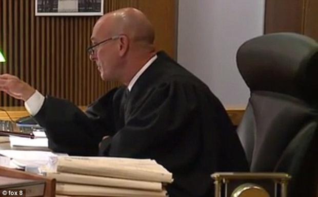 Thẩm phán John Russo nói với Williams ông sẽ tháo băng chỉ khi nào muốn nói chuyện với bị cáo.