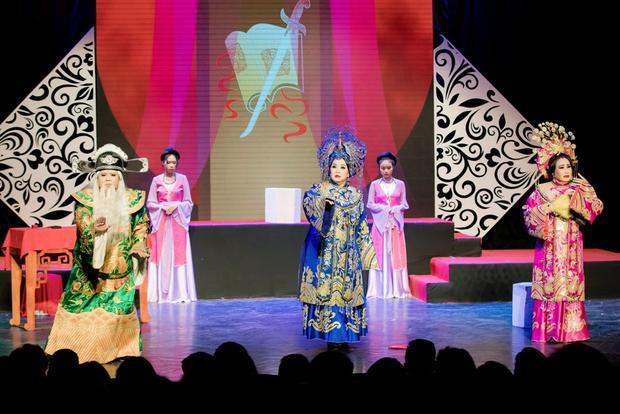 Chuyển sang chương 2 của mini show với thông điệp đề cao lòng yêu nước. Mở màn với trích đoạn cải lương Xử án Thượng Dương - trong vở Câu thơ yên ngựa.