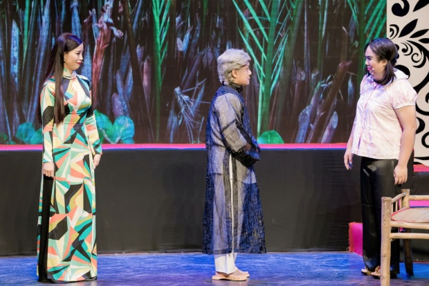 Trong trích đoạn này, danh hài Minh Nhí đã thể hiện được bản lĩnh sân khấu của một nghệ sĩ đi trước, khi tung hứng ăn ý cùng Gia Bảo.