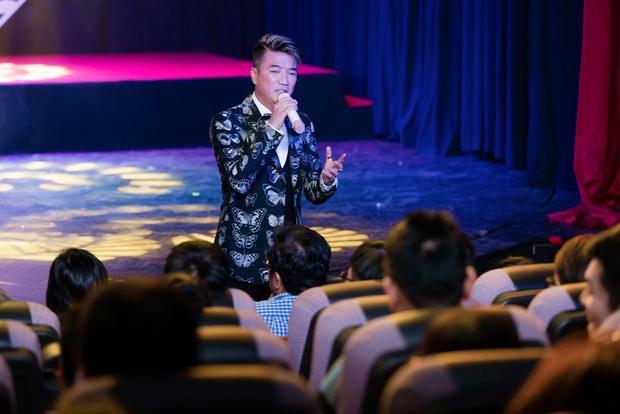 Ngay sau đó, sự xuất hiện của ca sĩ Đàm Vĩnh Hưng khiến khán giả vô cùng thích thú. Anh trình diễn cùng lúc 3 ca khúc Người tình không đến - Chuyện tình nàng trinh nữ tên Thi - Có những nỗi niềm riêng.