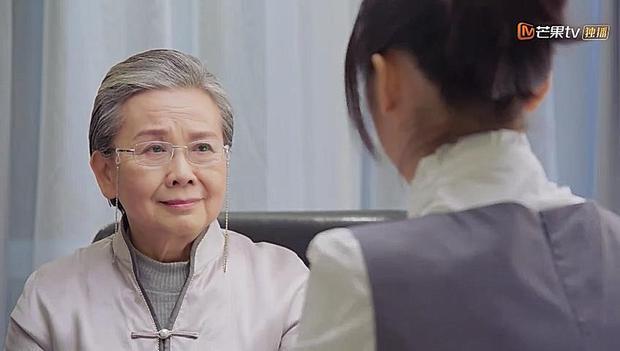 Thím Ngọc lần đầu ngồi nói chuyện với Sam Thái về gia đình Đạo Minh Tự để cô hiểu anh hơn.