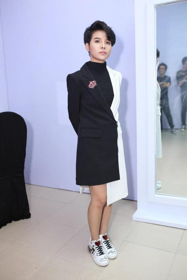 Tuy nhiên, đây không phải là lần đầu tiên cô nàng diện váy, còn nhớ vào chung kết Giọng hát Việt nhí 2017, Vũ Cát tường từng gây bão cộng đồng mạng khi chưng diện thiết kế vest dáng dài bất đối xứng.