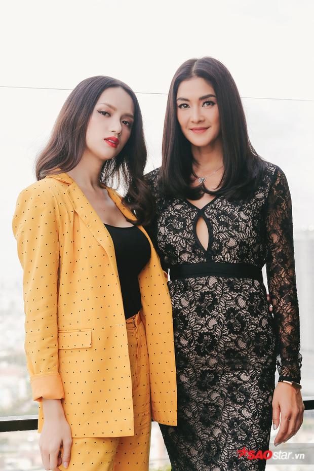 Lukkade và Hương Giang có mối thâm tình sâu sắc, chị cũng chính là người khuyến khích Hương Giang tham gia Hoa hậu chuyển giới quốc tế, và cực kỳ vui mừng khi cô đăng quang.