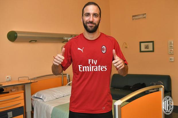 Higuain gia nhập Milan theo dạng cho mượn.