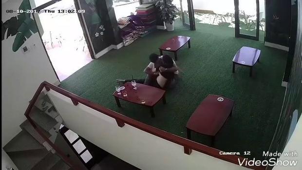 Cặp đôi hồn nhiên sờ soạng nhau ở quán cafe.