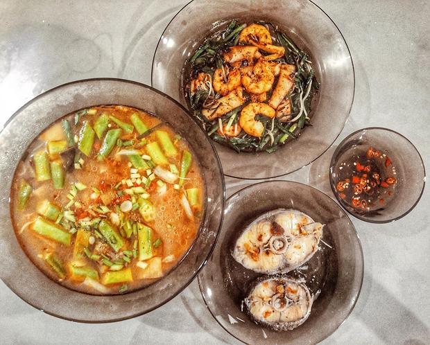 Canh chua hoa chuối, đậu bắp, cá bớp, tôm mực xào hẹ. Hoa chuối nấu canh chua theo khẩu vị miền Trung.