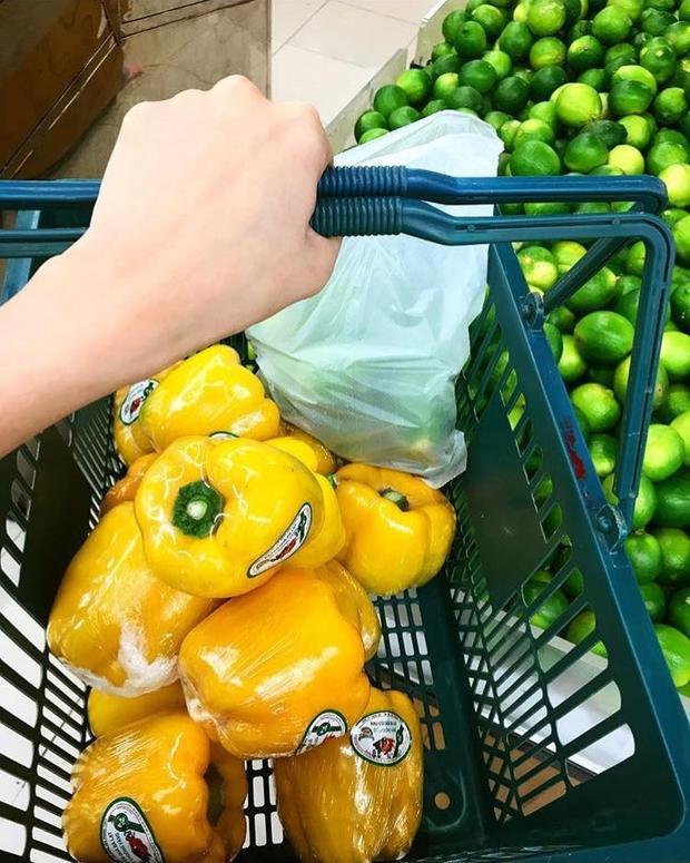 Hình ảnh Diễm Hương chăm chỉ đi siêu thị mua rau củ nấu nướng được cô đăng tải lên trang cá nhân.