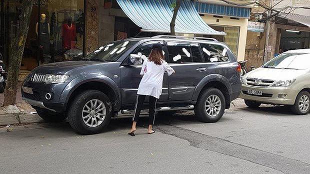 Cuối tháng 10/2017, dân mạng chia sẻ hình ảnh cô gái dán kín mít băng vệ sinh vào chiếc xe ô tô ở Hà Nội do chủ cố tình không di chuyển xe.