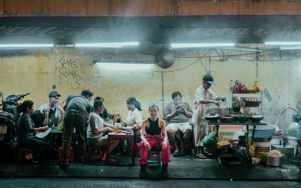 Đằng sau của cảm hứng đó, Suboi muốn nhắc đến những con người trong xã hội phải làm việc cật lực để kiếm sống trong màn đêm như: Người bán vé số, người bán bánh mì, người bán DVD - CD, những người công nhân, những nữ văn phòng phải làm việc trễ,…