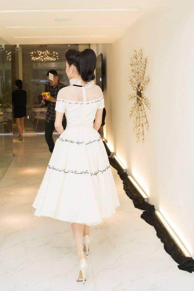 Diện bộ váy trắng tinh khôi,Nhã Phương dễ dàng nổi bật giữa dàn người đẹp khác tại sự kiện. Có lẽ trong lần diện đầu tiên Nhã Phương ghi điểm tuyệt đối vì nhan sắc tươi trẻ hơn rất nhiều.
