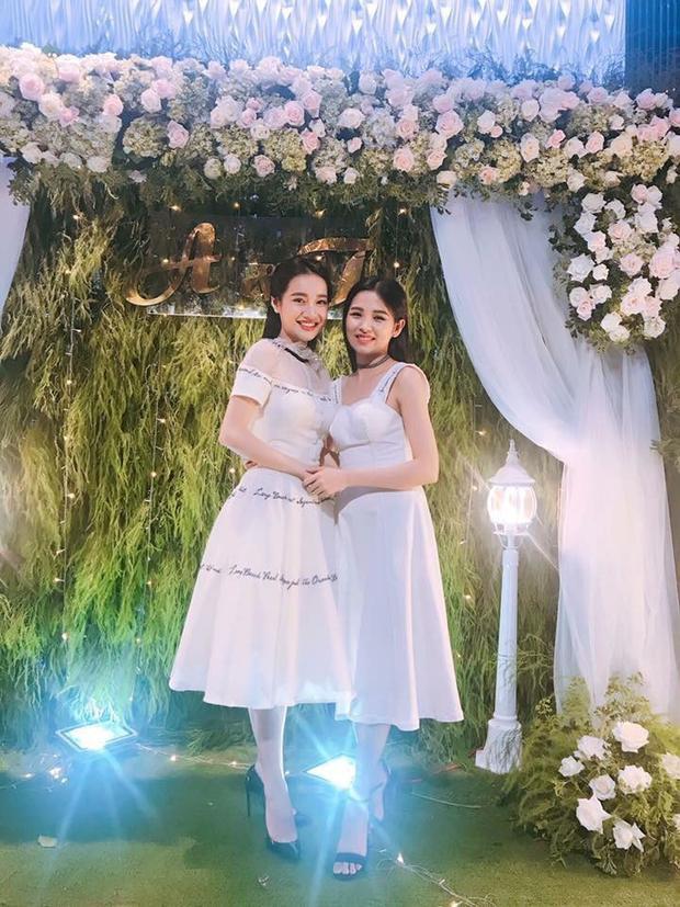 Trong ngày vui của em gái, Nhã Phương trang điểm nhẹ nhàng, diện chiếc váy trắng đơn giản.