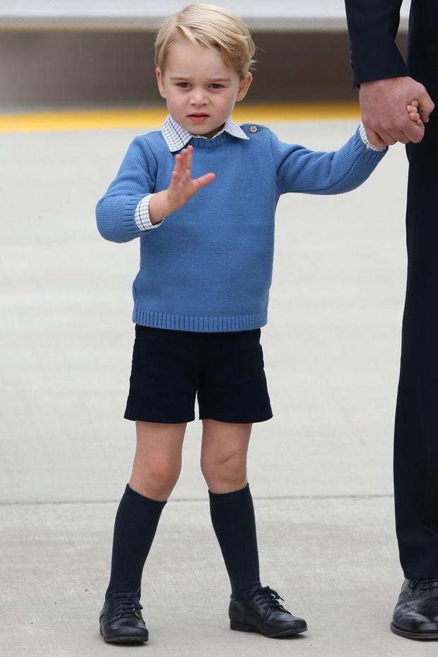 """Phong cách thời trang của cậu bé hoàng tử có sức ảnh hưởng không kém người mẹ Công nương Kate Middleton . Mỗi món đồ George diện ngay lập tức được các bà mẹ """"săn lùng"""" mua cho con mình, dẫn đến cháy hàng."""