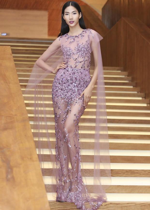 Hoàng Thùy mặc 1 chiếc váy xuyên thấu màu tím vô cùng quyến rũ nhưng không hề phô
