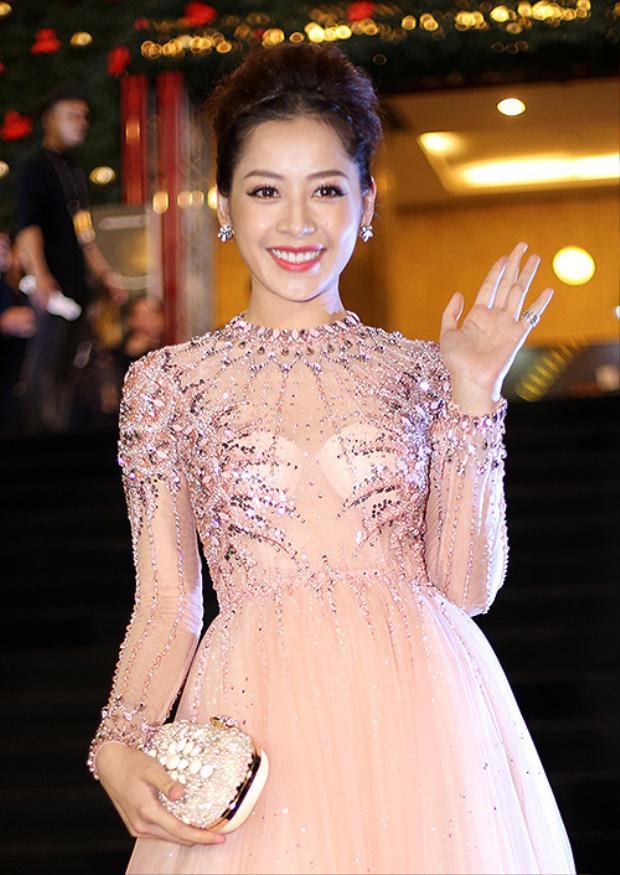 Chi Pu với hai miếng mút nổi bật hơn cả bộ váy đầm tha thướt