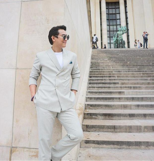 Dù là vest nhưng với màu sắc tươi sáng nam diễn viên vẫn rất trẻ trung, phóng khoáng khi kết hợp cùng áo thun trắng và mắt kính thời thượng.