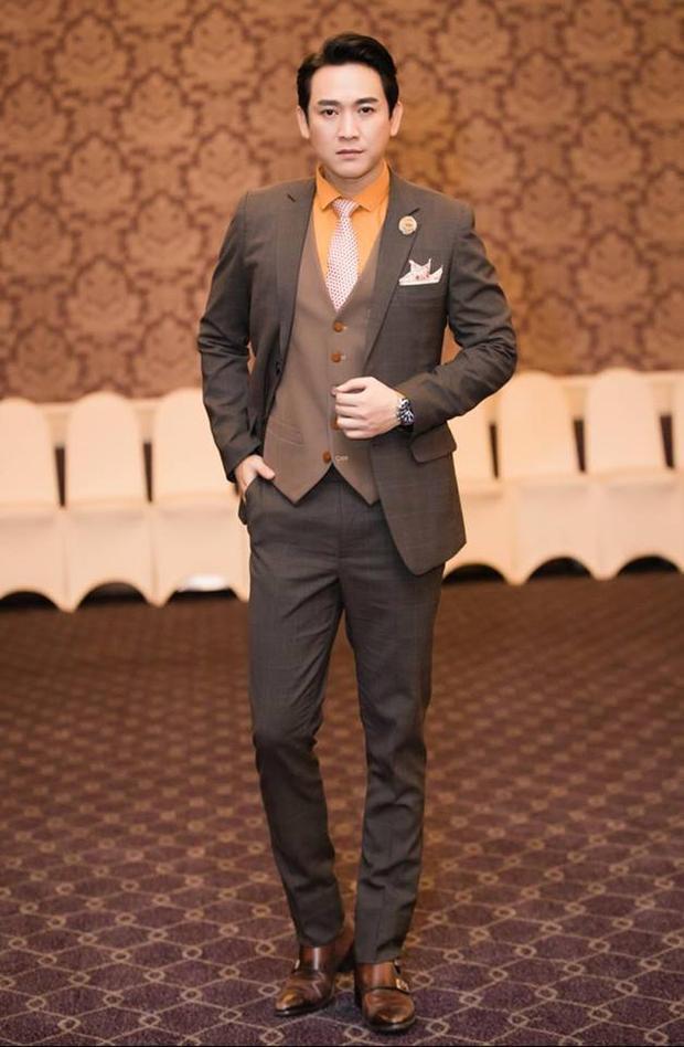 Sự tinh tế trong thiết kế và sắc xám than trung tính của bộ vest tạo nên một phong cách hoàn toàn khác biệt so với màu đen cổ điển hay sự trẻ trung của màu xanh navy.